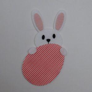coelho-atras-do-ovo-listrado-vermelho-e-branco-1a